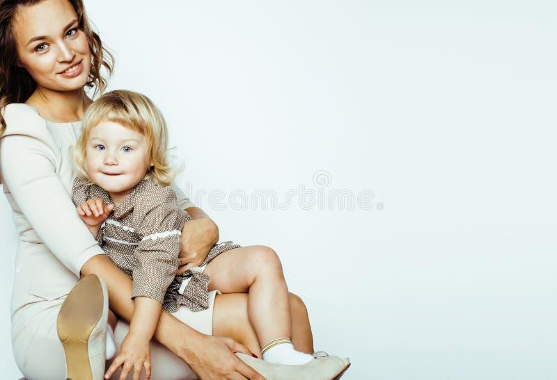 Jeune mère blonde de sourire moderne avec la petite fille mignonne sur W photographie stock libre de droits