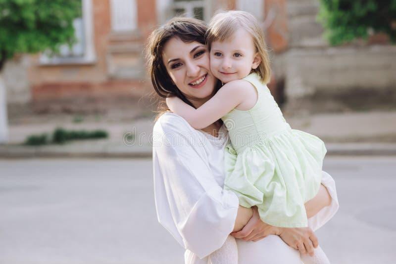 Jeune mère de portrait avec sa fille sur la nature photos stock