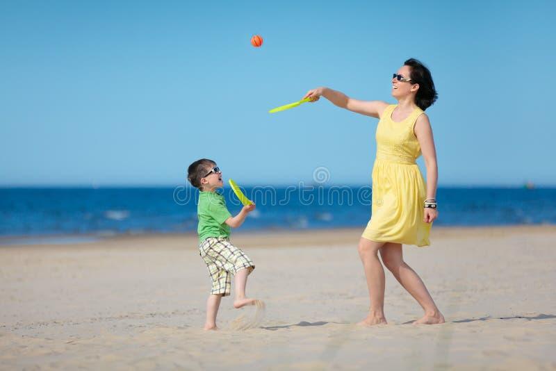 Jeune mère et fils jouant sur la plage photo libre de droits