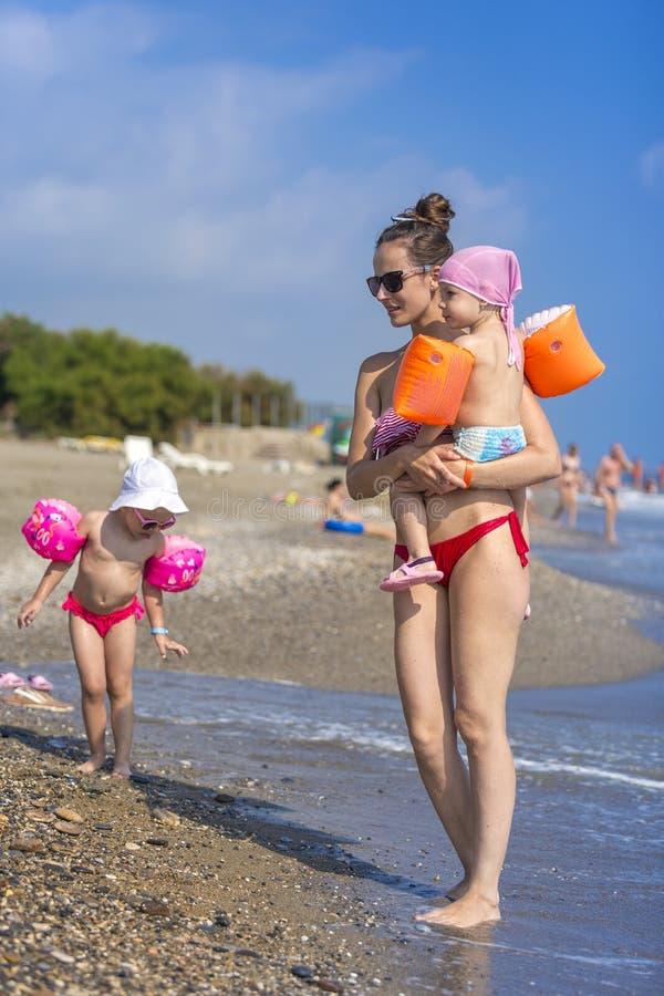 Jeune mère et sa petite fille deux adorable photographie stock