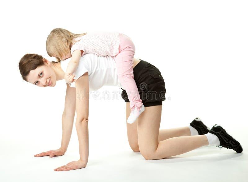 Jeune mère et son descendant faisant le sport photographie stock libre de droits