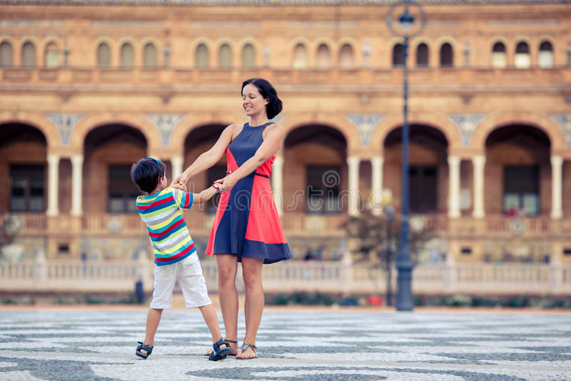 Jeune mère et son fils jouant dehors dans la ville image libre de droits