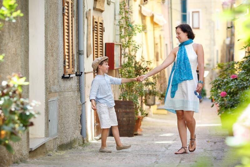 Jeune mère et son fils jouant dehors dans la ville photo stock