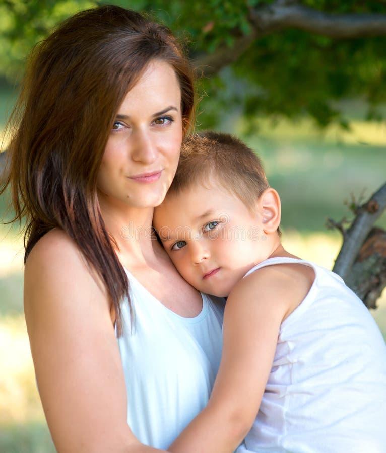Jeune mère et son fils passant le temps extérieur photos libres de droits
