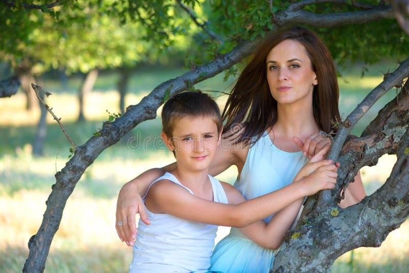 jeune mère et son fils passant le temps extérieur un jour d'été photographie stock