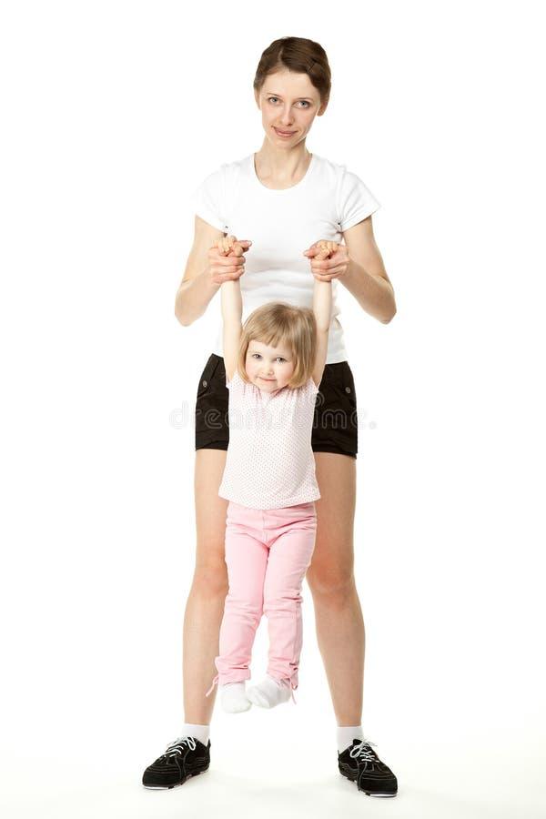 Jeune mère faisant le sport avec le petit descendant images libres de droits