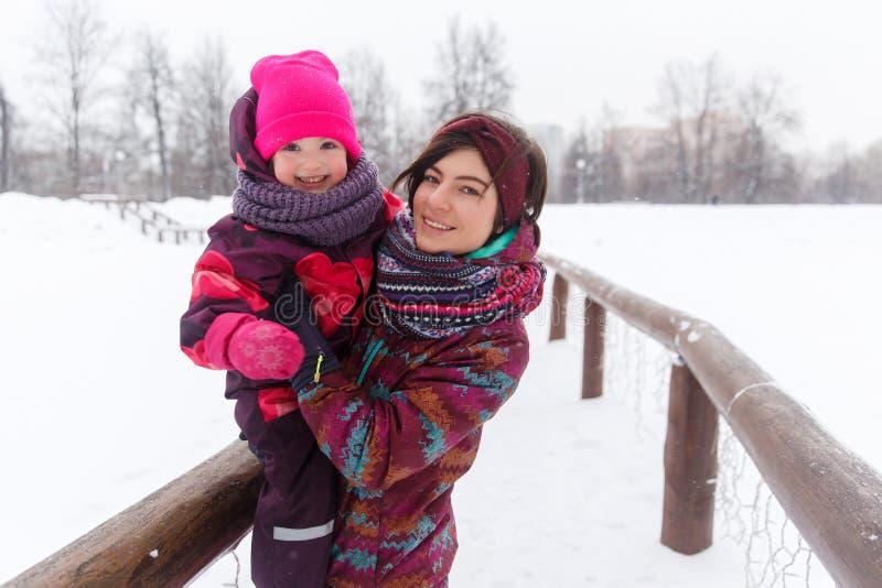 Jeune mère heureuse avec la fille images libres de droits