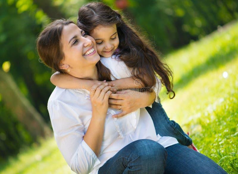 Jeune mère heureuse avec sa fille photo stock