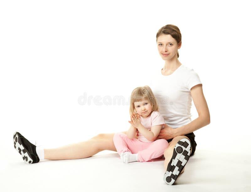Jeune mère heureuse et son descendant faisant le sport photo stock