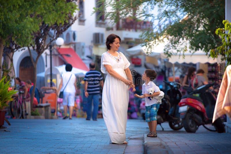Jeune mère heureuse et son fils marchant dans la ville image libre de droits