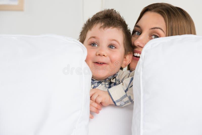 Jeune mère heureuse et son jouer de fils photos stock