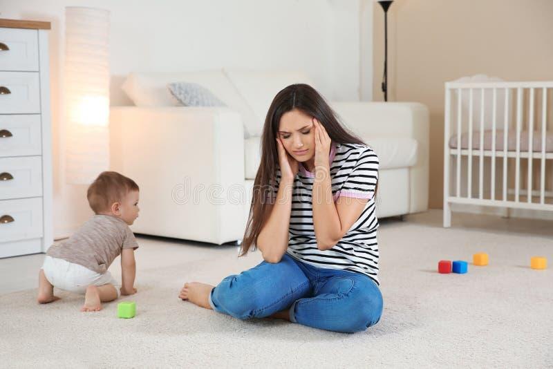 Jeune mère souffrant de la dépression postnatale image libre de droits