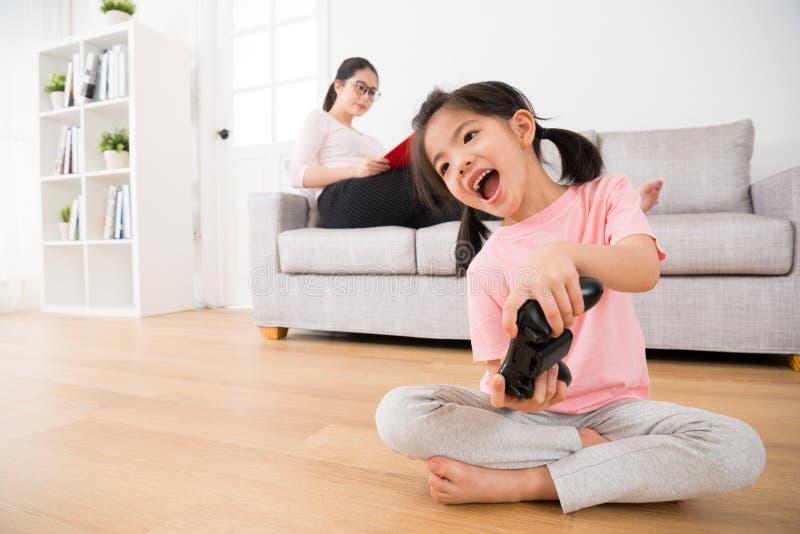 Jeune mère sur le sofa étudiant sérieusement image libre de droits