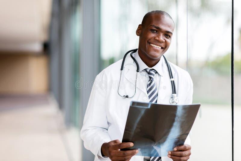 Jeune médecin africain photos libres de droits