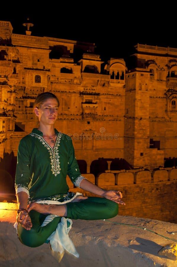 Jeune méditation de pratique femelle de yoga dans Jaisalmer, Inde photos stock