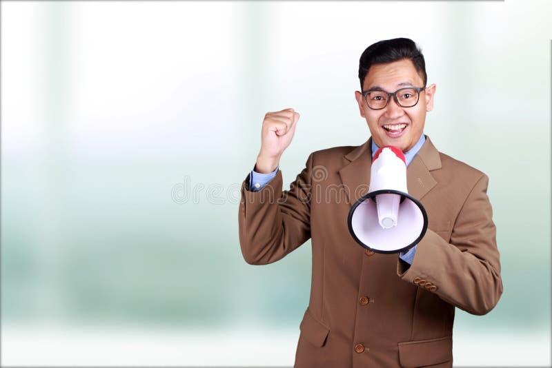Jeune mégaphone de Smiling Shouting Using d'homme d'affaires, RP de commercialisation images stock