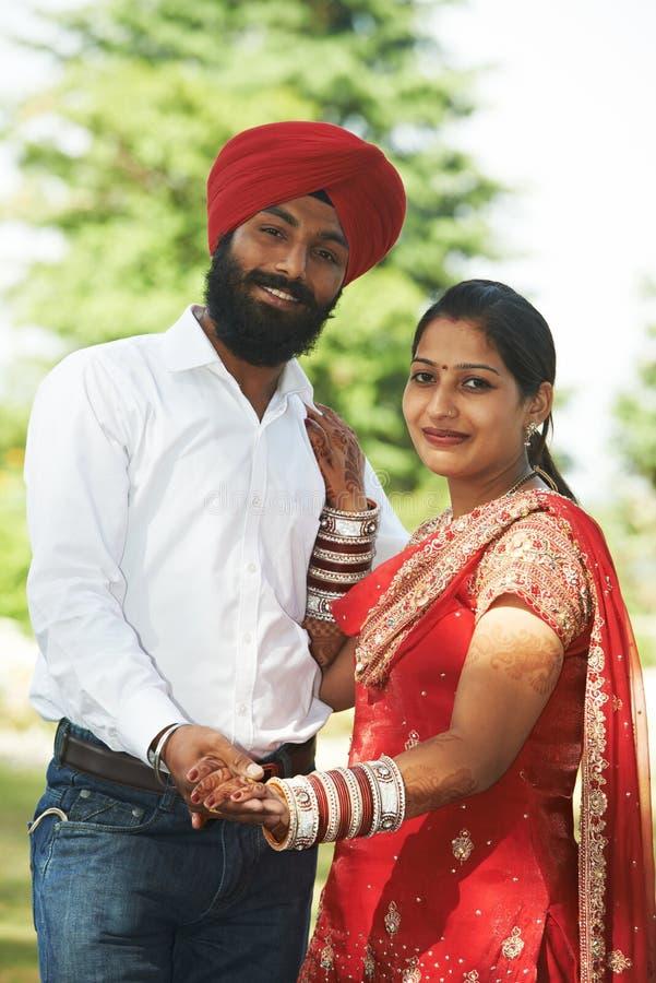 Jeune ménages mariés par adulte indien heureux photo stock