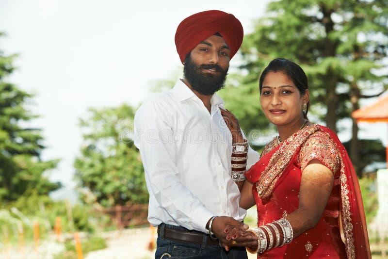 Jeune ménages mariés par adulte indien heureux images stock