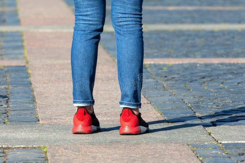 Jeune Madame Feet se tient sur les pavés ronds Plans rapproch?s photographie stock libre de droits