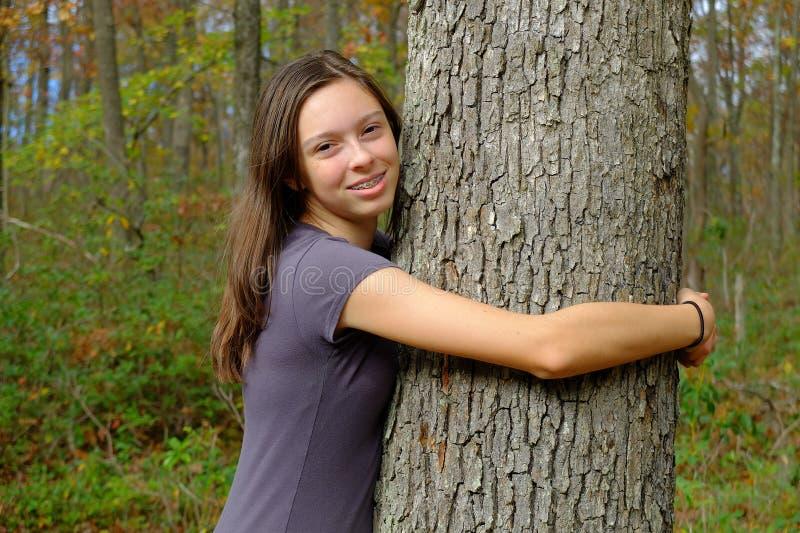 Jeune Madame Hugging Tree images libres de droits