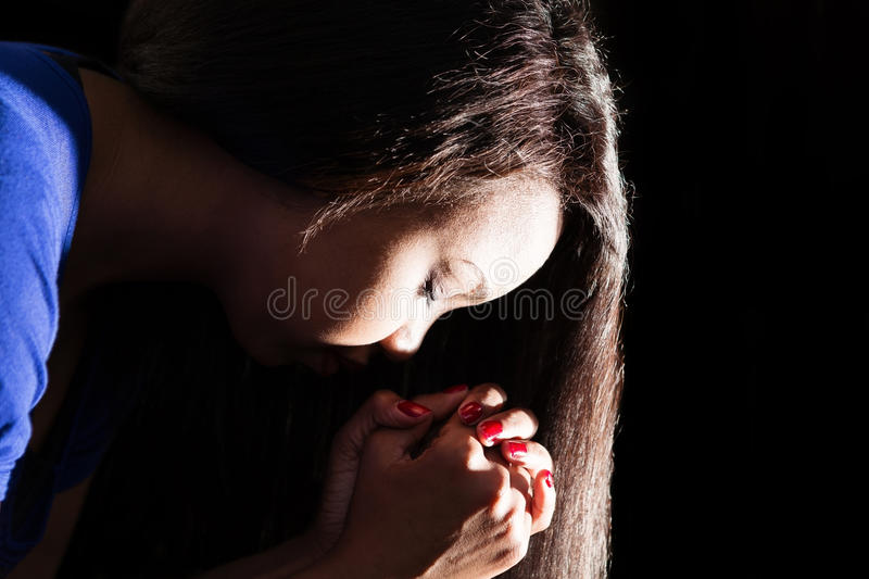 Jeune Madame Praying image stock