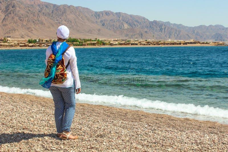Jeune Madame se tenant prêt le cottage dans un camp dans Sinai images libres de droits