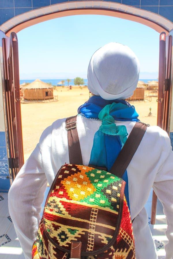 Jeune Madame se tenant prêt le cottage dans un camp dans Sinai image stock