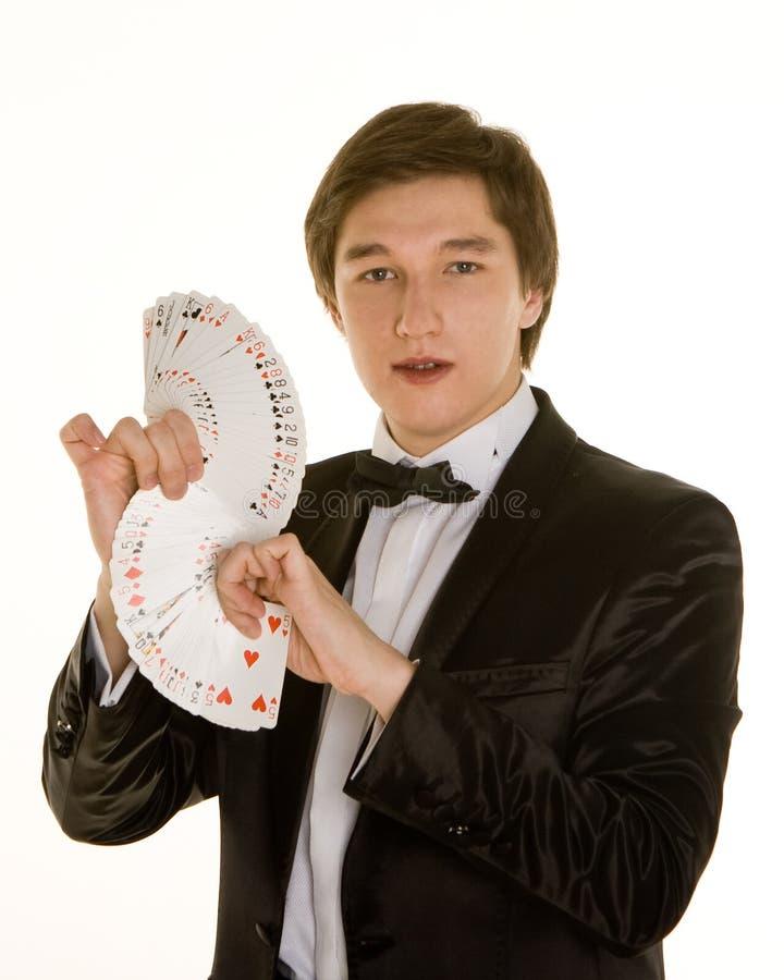 Jeune magicien avec des cartes image stock
