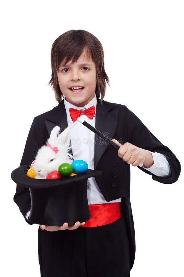 Jeune magicien exécutant un tour de Pâques photo stock