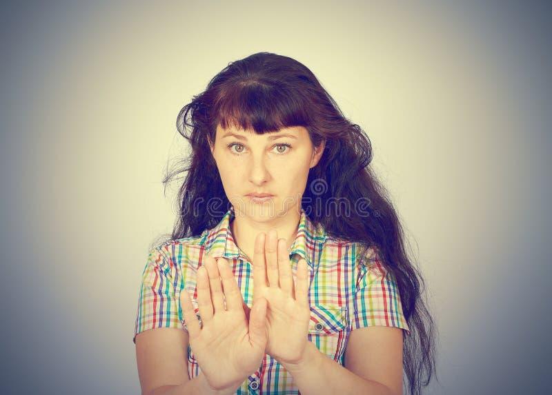 Jeune main caucasienne d'arrêt d'apparence de femme photographie stock libre de droits