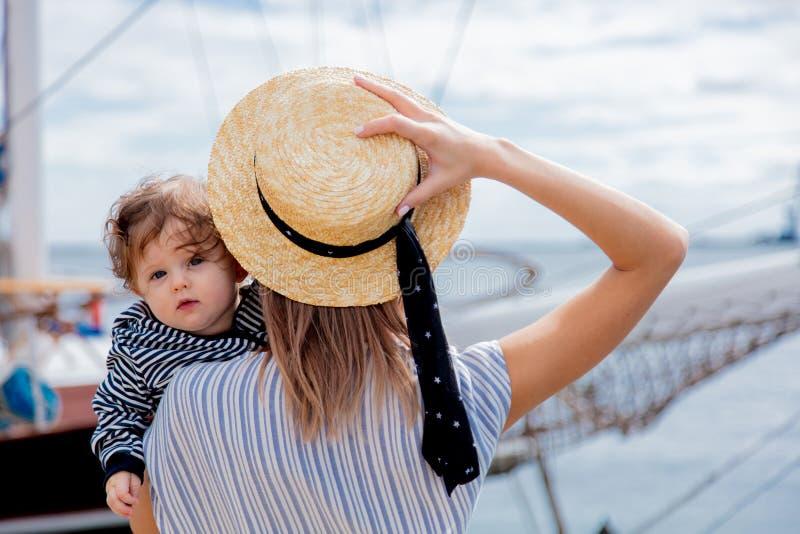 Jeune maman avec un garçon d'enfant dans un port images stock