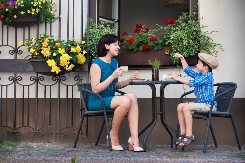 Jeune maman ayant le café avec son fils images libres de droits