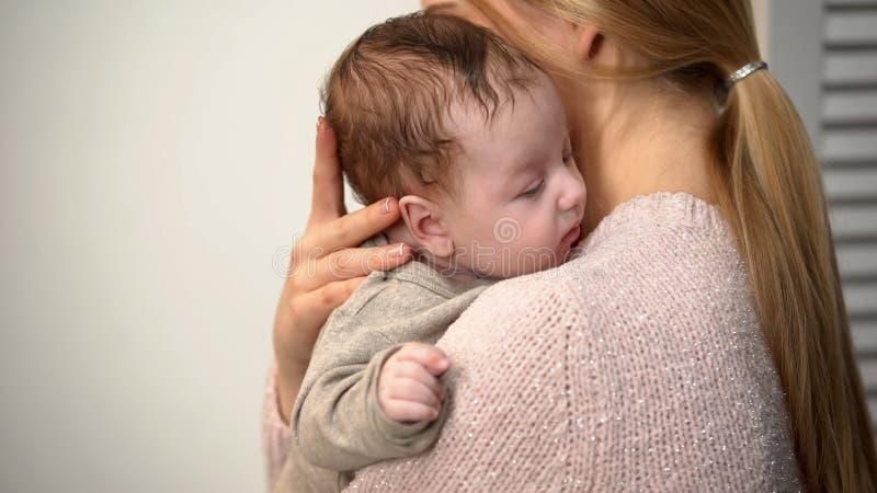 Jeune maman tenant le b?b? gar?on mignon dans les bras, la naissance vaginale et la maternit? naturelle images libres de droits