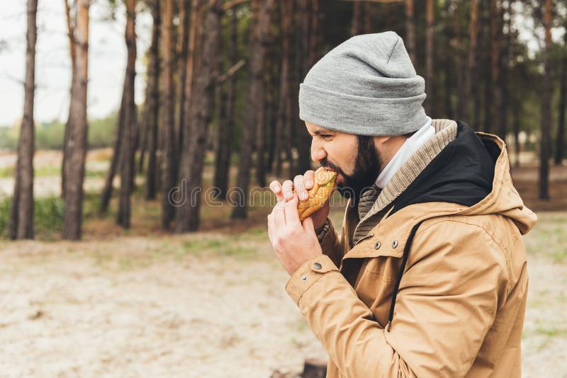 jeune mangeur d'hommes affamé photographie stock