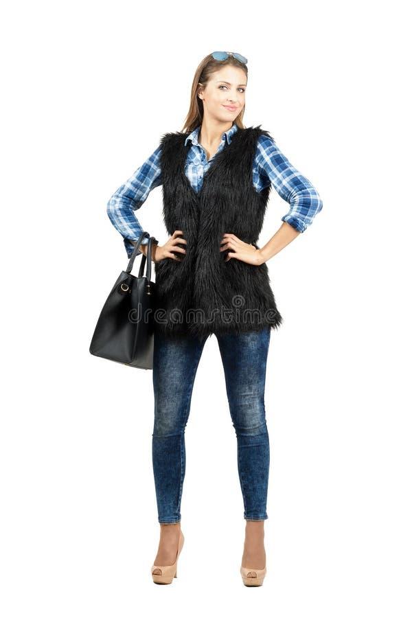 Jeune mannequin femelle sûr élégant avec des bras sur ses hanches image libre de droits