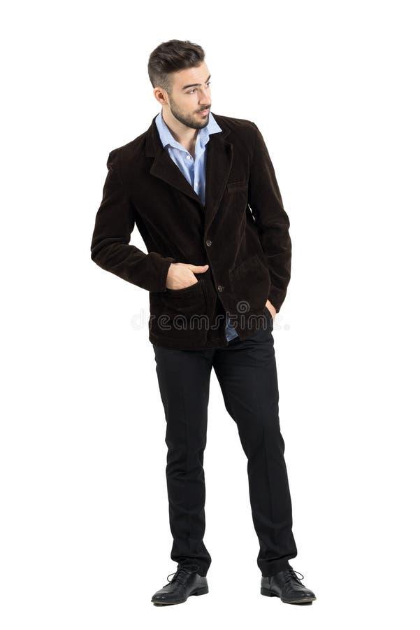 Jeune mannequin penché curieux dans la veste de velours côtelé jetant un coup d'oeil sur quelque chose images libres de droits