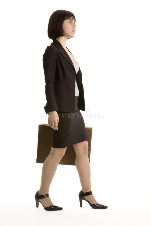 Jeune marche de femme d'affaires photographie stock