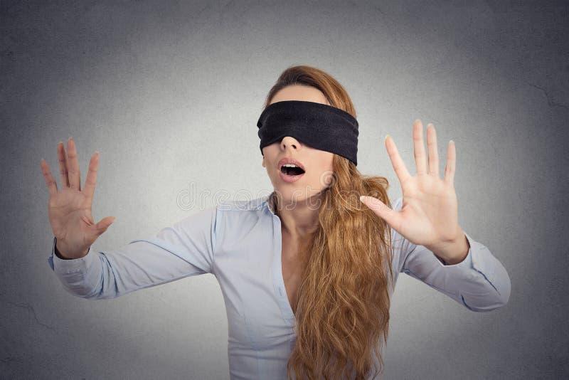 Jeune marche de femme d'affaires bandée les yeux avec des mains en avant photos stock