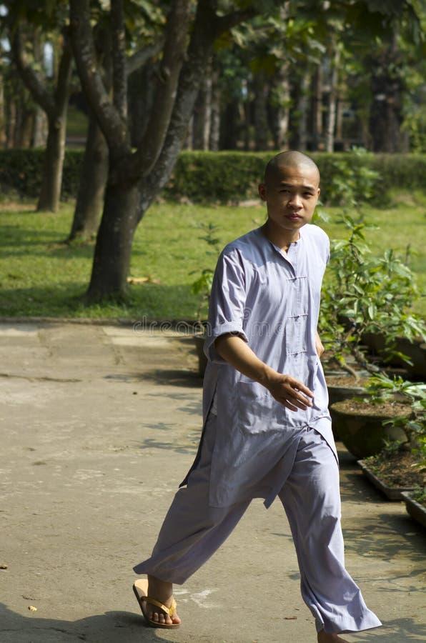 Jeune marche de moine image stock