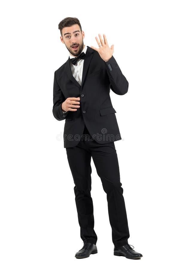 Jeune marié heureux enthousiaste montrant l'anneau de mariage sur son doigt photographie stock