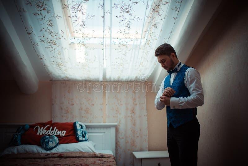 Jeune marié se préparant au mariage images libres de droits