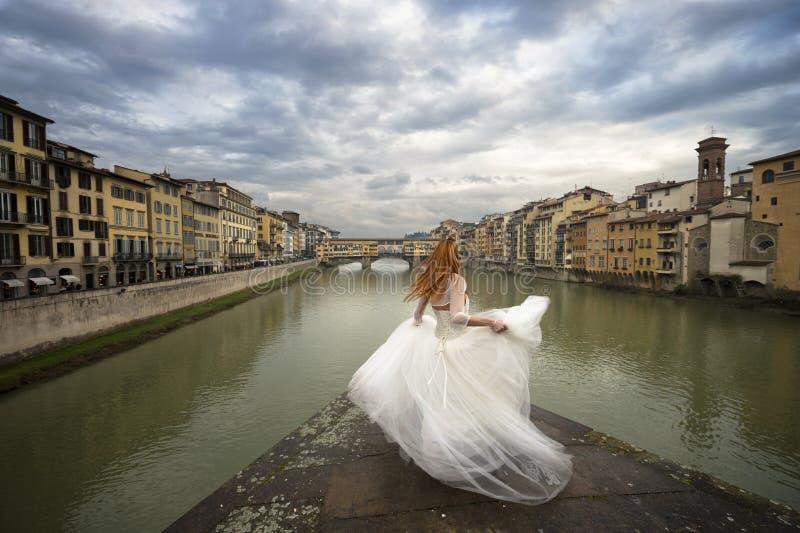 Jeune mariée à Florence Pont de vecchio de Ponte vieux Florence, Italie photographie stock