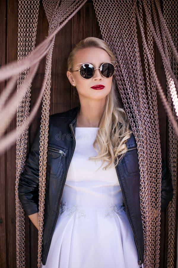 Jeune mariée à la mode avec la veste en cuir et les lunettes de soleil Verticale extérieure photos libres de droits