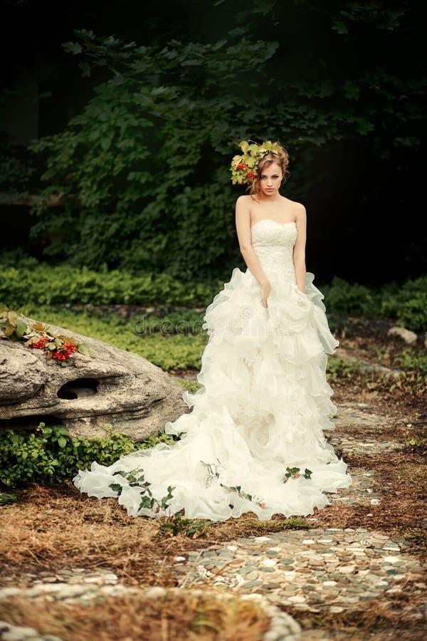 Jeune mariée à la mode avec un regard astucieux photo stock