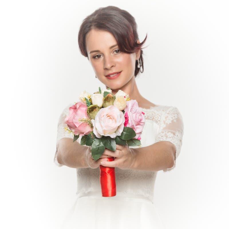 Jeune mariée élégante avec le beau bouquet de mariage dans mains maquillage de mariage et concept de coiffure photos stock