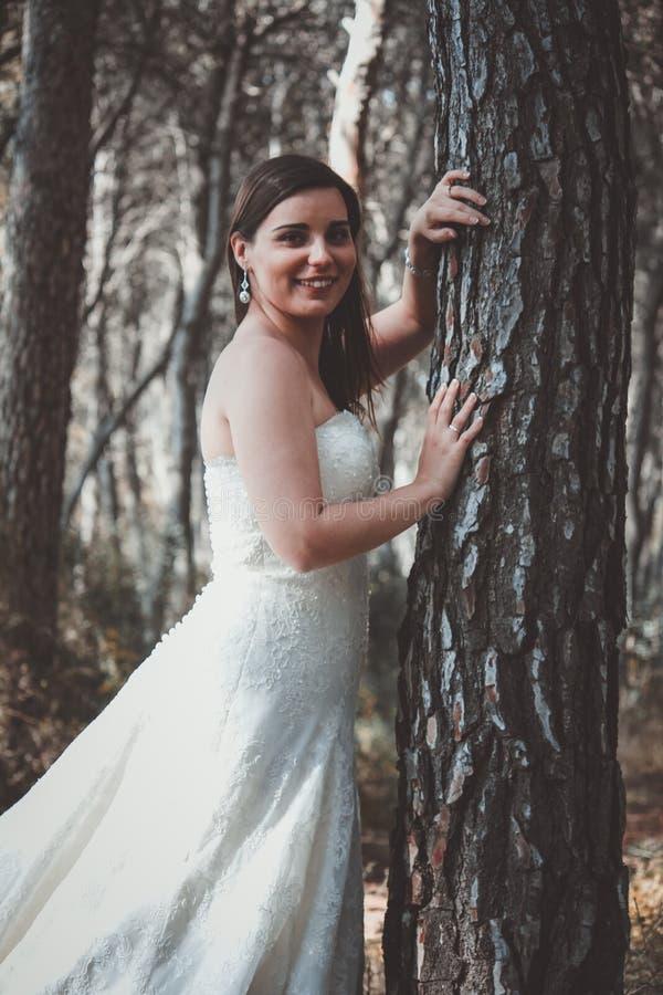 Jeune jeune mariée élégante posant dans les bois photos libres de droits