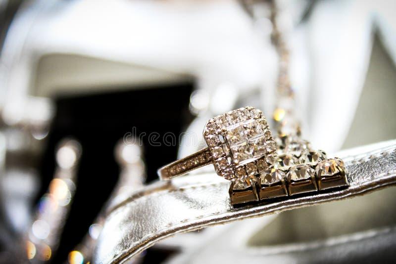 Jeune mariée étant prête pour son mariage images libres de droits