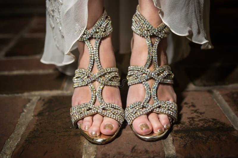 Jeune mariée asiatique du ` s portant Diamond Studded Shoes images libres de droits