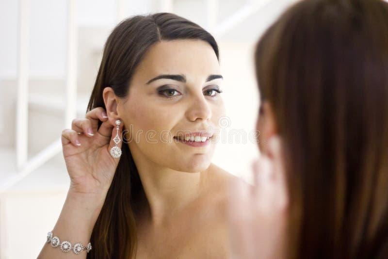 Jeune jeune mariée au miroir image libre de droits