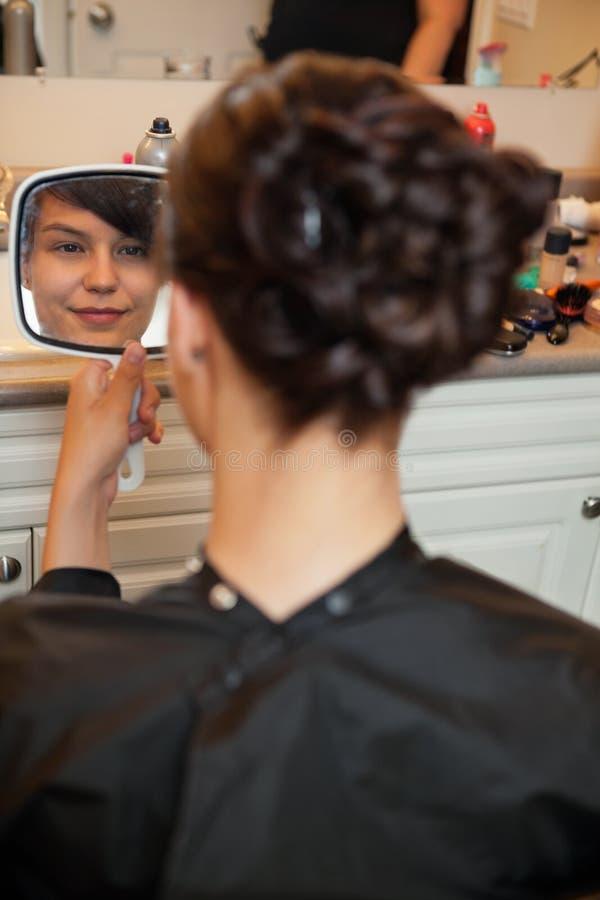 Jeune mariée au salon de coiffure images stock